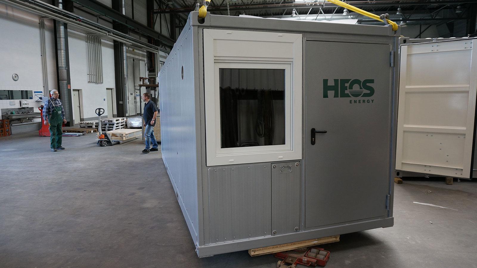 Der Spezialcontainer mit der elektrischen und elektronischen Steuerung wird verladen.