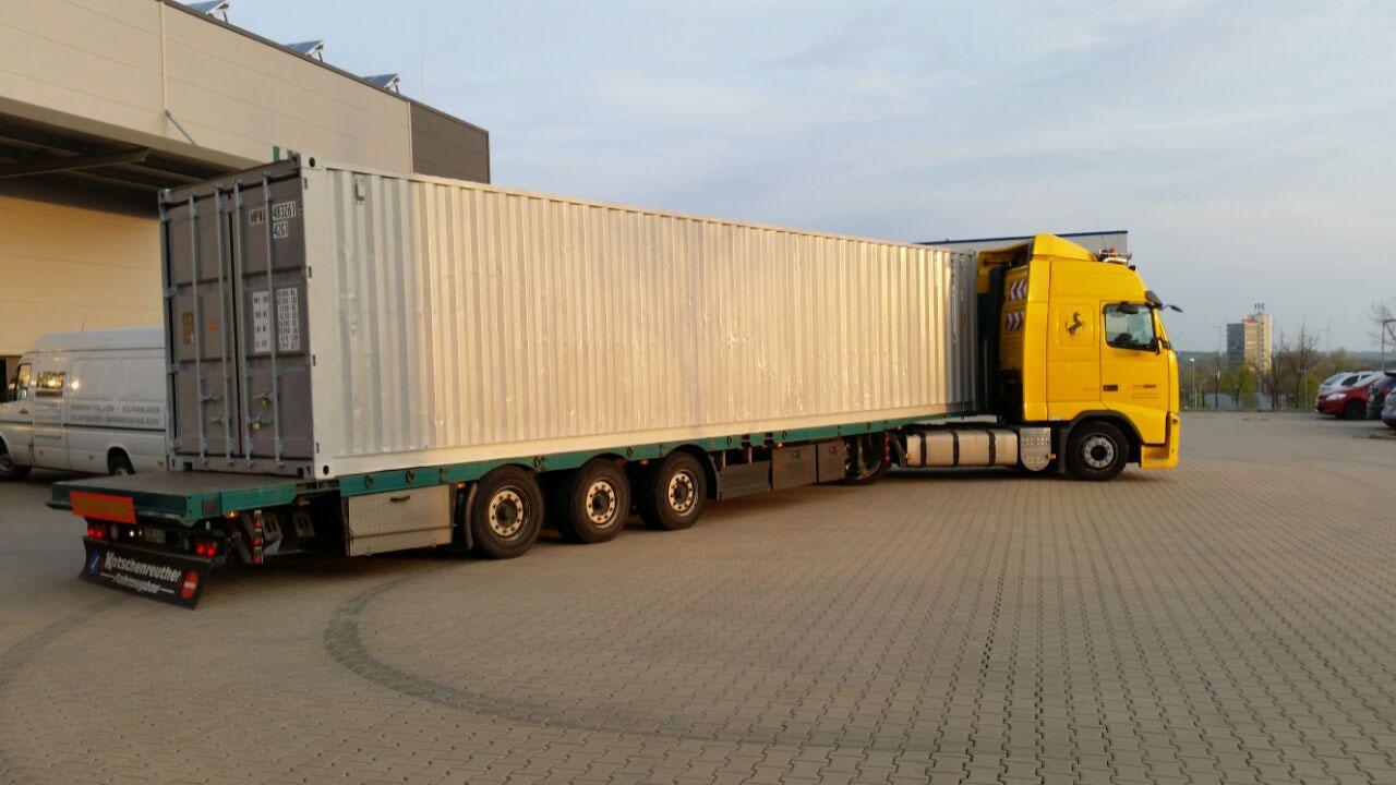 Der Transport verlässt das Firmengelände der HEOS Energy GmbH in Richtung Mongolei.