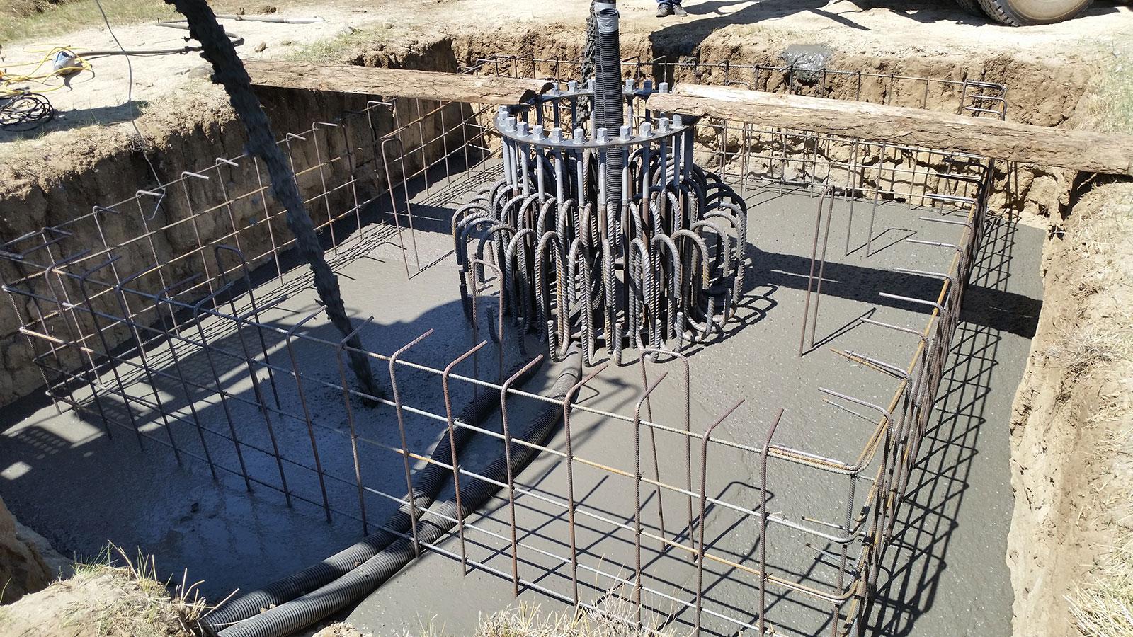 Das Fundament für die Kleinwindanlage HEOS V15 wird in den Boden gegossen.