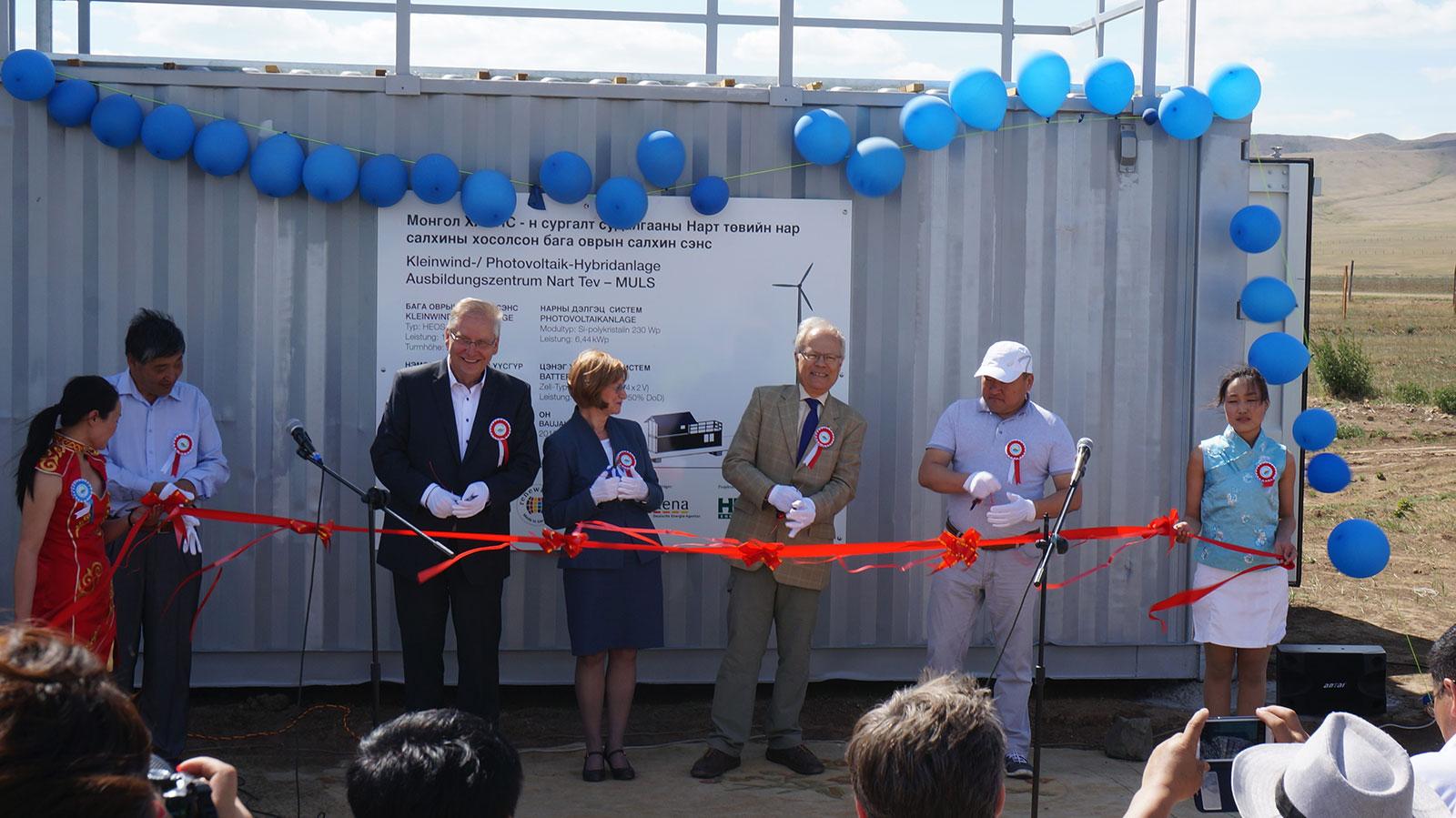 Feierliche Inbetriebnahme der Kleinwind-/Photovoltaik-Inselstromversorgung im Ausbildungs-zentrum Nart Töv der Mongolian University of Life Sciences (MULS).